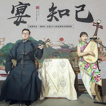 上海地区的苏州评弹演员表演